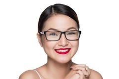 Asiatisches vorbildliches Mädchen der Schönheit mit tragenden Gläsern der perfekten Haut, isola Stockbilder