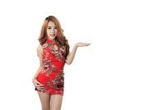 Asiatisches vorbildliches tragendes Cheongsam mit Kopienraum für Produkt oder tex stockfotografie