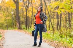 Asiatisches weibliches College oder Hochschulstudent in der Herbstsaison Mischrasse lizenzfreies stockfoto