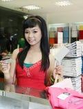 Asiatisches weibliches Einkaufen stockfotografie