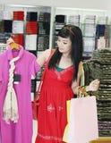 Asiatisches weibliches Einkaufen stockfoto