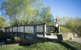 Asiatisches weibliches Rütteln über Brücke Stockbild