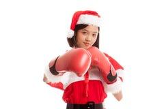 Asiatisches Weihnachts-Santa Claus-Mädchen mit Boxhandschuh lizenzfreie stockbilder