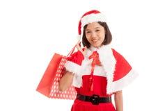 Asiatisches Weihnachts-Santa Claus-Mädchen mit Einkaufstaschen lizenzfreie stockfotos