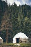 Asiatisches yurt mitten in dem Wald in den Bergen Lizenzfreies Stockfoto