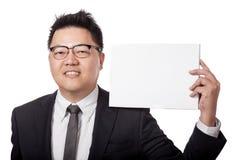 Asiatisches Zeichen des Geschäftsmann-Grifffreien raumes auf seiner Schulter Stockfoto