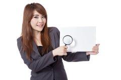 Asiatisches Zeichen und Lupe des Geschäftsfraugrifffreien raumes Stockfoto