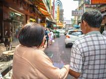 Asiatisk äldre syster och yngre bror som går i porslinstadstr arkivbilder