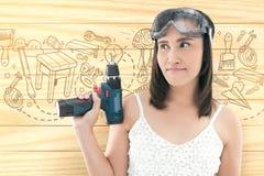 Asiatisk överkant för iklädd vit för kvinna som rymmer en sladdlös elektrisk dri arkivbilder