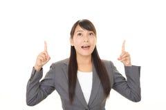 asiatisk affär som pekar kvinnan arkivfoton