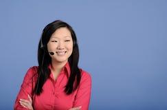 asiatisk affärshörlurar med mikrofonkvinna Royaltyfri Bild