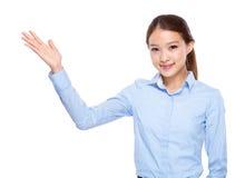 Asiatisk affärskvinna med handpresentation Arkivfoto