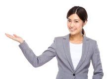 Asiatisk affärskvinna med handpresentation Royaltyfria Bilder