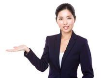 Asiatisk affärskvinna med handpresentation Fotografering för Bildbyråer