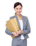 Asiatisk affärskvinna med mappen Royaltyfri Foto