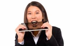 Asiatisk affärskvinna med tableten royaltyfria foton
