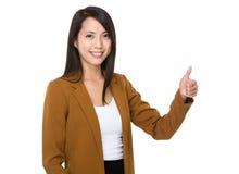 Asiatisk affärskvinna med tumen upp Arkivfoto