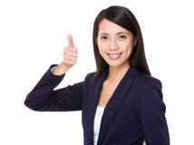 Asiatisk affärskvinna med tumen upp Royaltyfri Foto
