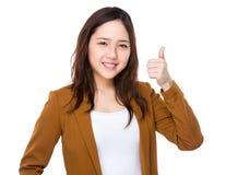 Asiatisk affärskvinna med tumen upp Royaltyfri Fotografi