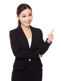Asiatisk affärskvinna med tumen upp Arkivbild