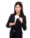 Asiatisk affärskvinna som är närvarande med det kända kortet Fotografering för Bildbyråer