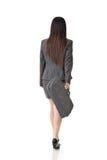 Asiatisk affärskvinna som går med en handväska fotografering för bildbyråer