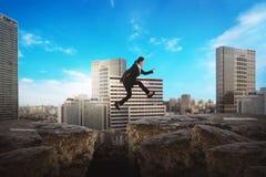 Asiatisk affärskvinna som hoppar över den brutna vägen Royaltyfri Foto