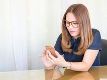 Asiatisk affärskvinna som i regeringsställning använder telefonen Begrepp för affärskontakt royaltyfri foto