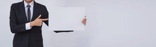 Asiatisk affärskvinna som rymmer ett tomt vitt kort royaltyfria foton