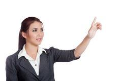 Asiatisk affärskvinna som trycker på skärmen med hennes finger Royaltyfria Bilder