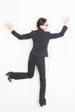 Asiatisk affärskvinna som vänder mot och lutar väggen Royaltyfri Foto