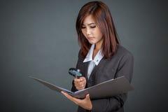 Asiatisk affärskvinnablick på data i mapp Royaltyfri Foto