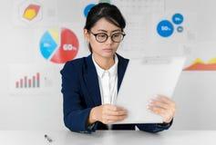 Asiatisk affärskvinnalönuppmärksamhet, medan arbeta affär och fi royaltyfri bild