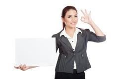 Asiatisk affärskvinnashow ett tomt tecken och reko tecken Arkivfoton