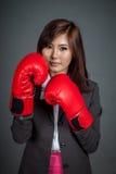 Asiatisk affärskvinnavakt med boxninghandsken Arkivbilder