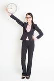 Asiatisk affärskvinnavisningklocka 9am Arkivfoton