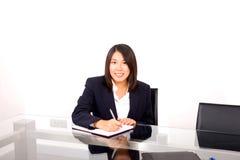 asiatisk affärskvinnawriting arkivfoton
