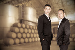 Asiatisk affärsman på oskarp vinodlingbakgrund arkivbilder
