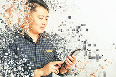 Asiatisk affärsman som använder en minnestavlaPC på vit bakgrund arkivbild