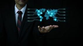 Asiatisk affärsman som använder faktisk teknologi för hologram med för cirkelform för visuell effekt symbolen för folk och världs lager videofilmer