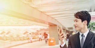 Asiatisk affärsman som använder mobiltelefonen royaltyfri foto