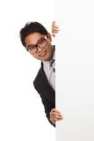 Asiatisk affärsman som bakifrån kikar det tomma banret royaltyfria foton
