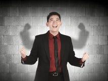 Asiatisk affärsman som gjuter en skugga för stark man fotografering för bildbyråer