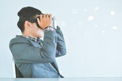 Asiatisk affärsman som spelar den glass asken för VR-virtuell verklighet med symbolen Arkivfoton