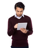 Asiatisk affärsmanblick på den digitala minnestavlan Arkivfoton