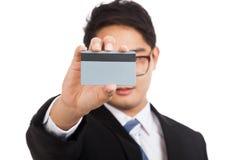 Asiatisk affärsmanshow en räkning för tomt kort hans framsida arkivfoton