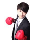 Asiatisk affärsmanstrid med boxninghandsken Arkivbild