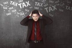 Asiatisk affärsperson som hårt tänker om skatt Royaltyfri Bild