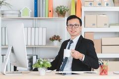 Asiatisk aff?rsman p? kontoret royaltyfri foto