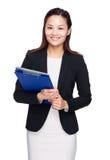 Asiatisk affärskvinna med skrivplatta- och bärbar datordatoren Arkivbilder